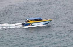 Un canot automobile monte rapidement sur la mer Image libre de droits