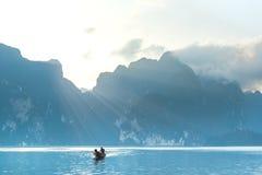 Un canotaje en el río y la montaña hermosa Imagen de archivo libre de regalías