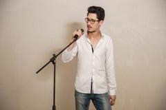 Un cantante sta eseguendo Fotografia Stock Libera da Diritti