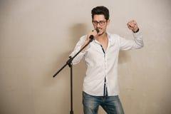 Un cantante sta eseguendo Fotografia Stock