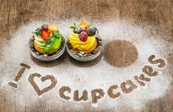 Un capcake, arrosé avec du sucre en poudre Photographie stock