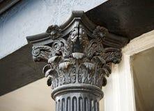 Un capitale corinthian in cima ad una colonna scanalata in immagine stock