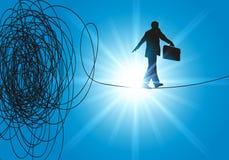 Un capo della corda per funamboli trova la soluzione della sfida per uscire della crisi illustrazione di stock