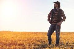 Un cappello da cowboy dell'uomo e un loso nel campo Agricoltore americano in una f Immagini Stock