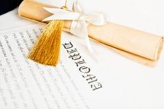 Un cappello del laureato e del diploma rappresenta Fotografia Stock Libera da Diritti