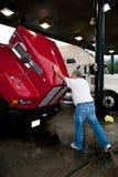 Un cappuccio di chiusura dell'autista di camion maschio del carraio 18 Fotografie Stock Libere da Diritti