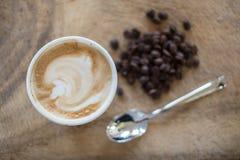 Un capuchino con los granos de café frescos Fotografía de archivo libre de regalías