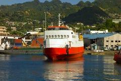 Un cargo attaché au port de Kingstown Photo stock