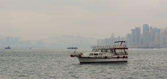 Un cargo en Victoria Harbor de Hong Kong Photos libres de droits
