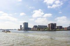 Un cargo sur la rivière Maas passe le bâtiment de l'université maritime des Pays-Bas image stock