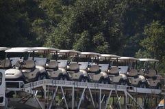 Un carico di camion dei carretti di golf Immagine Stock