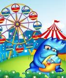Un carnaval con un monstruo de la madre que lleva a su bebé Imagen de archivo libre de regalías