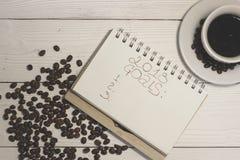 Un carnet avec l'inscription de 2018 buts avec une tasse de café Photos libres de droits
