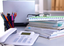 Un carnet, ordinateur portable, stylo, document sur papier de graphique sur la table de bureau derrière les abat-jour blancs Image stock