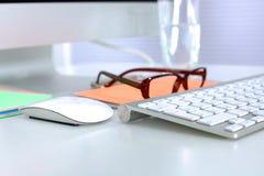 Un carnet, ordinateur portable, stylo, document sur papier de graphique sur la table de bureau derrière les abat-jour blancs Images libres de droits