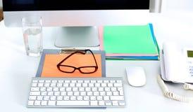 Un carnet, ordinateur portable, stylo, document sur papier de graphique sur la table de bureau derrière les abat-jour blancs Photo stock