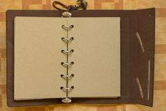 Un carnet ouvert avec des white pages pour faire des notes images stock