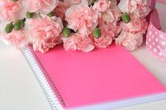 Un carnet rose avec une peinture miniature d'aquarelle de plage Images stock