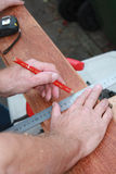 Un carpentiere che ottiene pronto per lavoro Immagini Stock