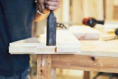 Un carpentiere in costruzione uno starway Fotografia Stock