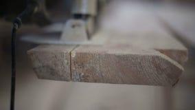 Un carpintero asierra de un tablero con una sierra del disco