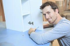Un carpintero que trabaja difícilmente en el taller imagenes de archivo
