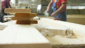Un carpintero trabaja en carpintería la máquina-herramienta metrajes