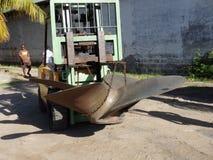 Un carrello elevatore che porta l'elica di una nave Immagine Stock