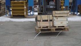 Un carrello elevatore funziona in un magazzino il movimento dei pallet archivi video
