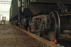 Un carrello ferroviario del primo piano del vagonetto del trasporto, con il ceppo del freno Fotografia Stock