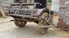 Un carretto d'annata spinge dentro il villaggio di Piplaj vicino a Ajmer, Ragiastan, India Fotografia Stock Libera da Diritti