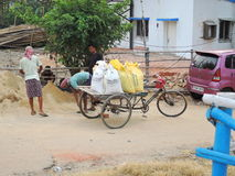 Un carro cargado con las bolsas de arena Imagen de archivo