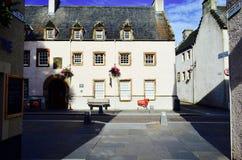 Un carro de la compra rojo en la calle Inverness, Escocia Imágenes de archivo libres de regalías