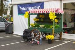 Un carro decorativo de la mano en la entrada a una de las carpas durante la disposición del festival de primavera anual en vagos fotos de archivo libres de regalías