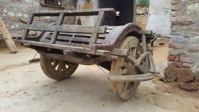 Un carro del vintage rueda adentro el pueblo de Piplaj cerca de Ajmer, Rajasthán, la India Fotografía de archivo libre de regalías
