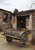 Un carro del vintage rueda adentro el pueblo de Piplaj cerca de Ajmer, Rajasthán, la India Foto de archivo libre de regalías
