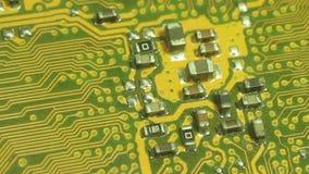 Un carro más cercano de la cámara del ECU de la macro a través de la placa de circuito del ordenador Salga del borde de la placa  almacen de metraje de vídeo