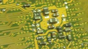 Un carro macro más cercano de la cámara a través de la placa de circuito del ordenador Salga de área central del racimo del circu metrajes