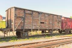 Un carro viejo del tren del vintage en los carriles Fotos de archivo