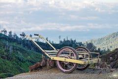Un carro viejo en un azufre que lleva que espera de la montaña para abajo de una montaña Fotos de archivo libres de regalías