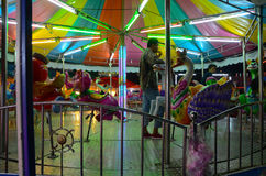 Un carrousel avec hommes Photos stock