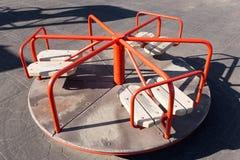 Un carrousel plus ancien du ` s d'enfants dans le terrain de jeu en parc photos libres de droits