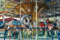 Un carrusel en un parque de atracciones fotografía de archivo