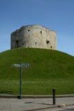 Un cartello turistico di direzione dalla torre di Cliffords un monumento di pietra a York Regno Unito Immagine Stock Libera da Diritti