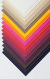 Un cartone varicoloured del progettista è decomposto vicino Immagini Stock Libere da Diritti