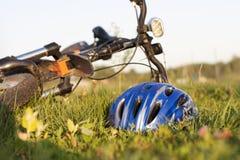 Un casco de la bicicleta en la hierba Fotografía de archivo