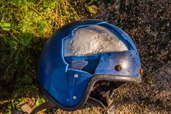 Un casco roto viejo de la motocicleta fotos de archivo libres de regalías