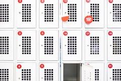 Un casier est ouvert dans le supermarch? Casiers de stockage avec des salles photo libre de droits