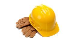 Un casque antichoc et un cuir jaunes fonctionnent des gants sur le blanc Image libre de droits