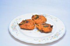 Un casse-croûte cuit à la friteuse par Indien du sud populaire images libres de droits